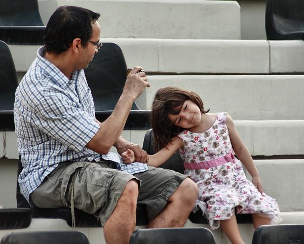 حنــان الاب على ابنته عجبتني حركه البنت دلوعه من قلب Flickr
