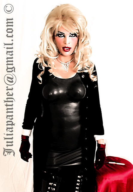 Diva in latex, rubber and velvet