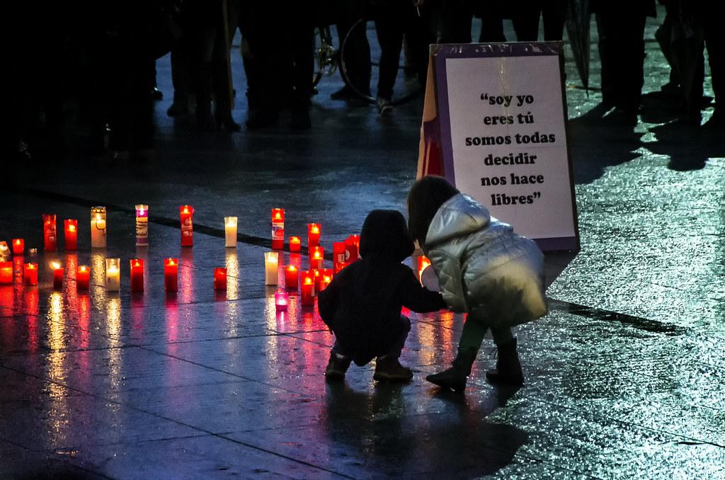 Concentration pro-abortion   Concentración contra la reforma de la ley del aborto