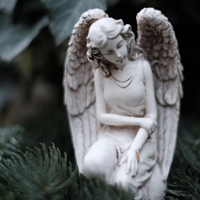 Knieender Engel - oder Engelin?