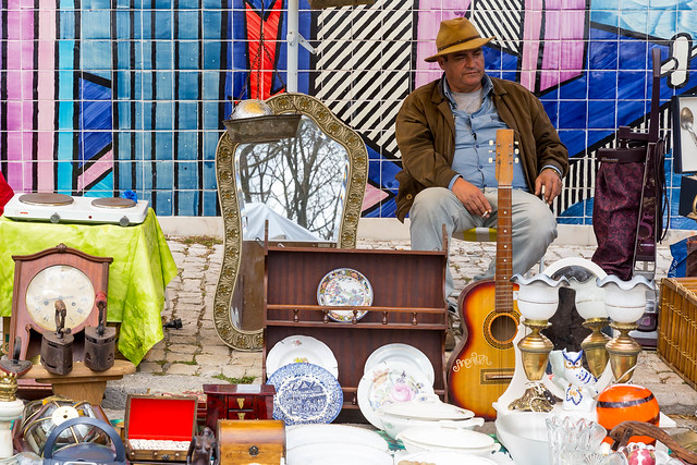 Mann mit Gitarre auf Flohmarkt Feira da Ladra