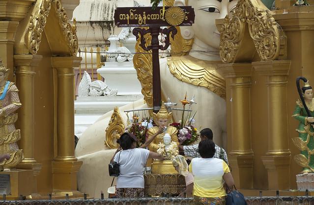 M064 Pray to My-Day-Buddha - Shwedagon Paya - Yangon
