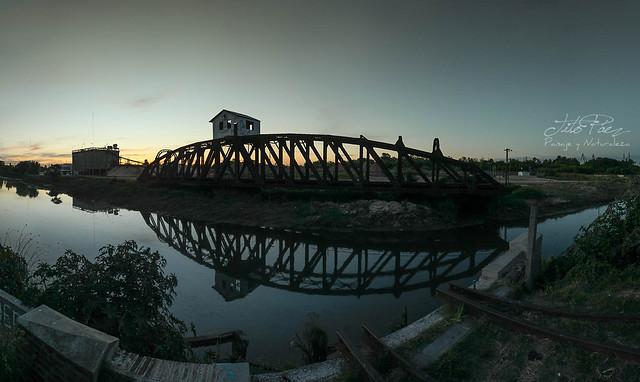 Anochece sobre el puente giratorio