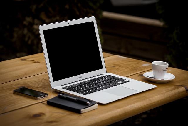 Computadora MacBook Air sobre la mesa