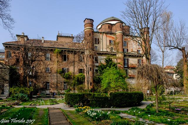 Milano: Accademia e Osservatorio di Brera visti dall'orto botanico