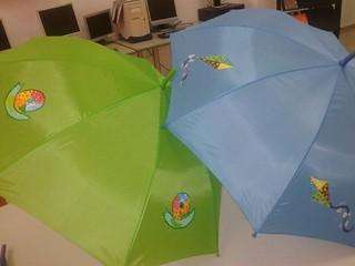 Paraguas pintados a mano con motivos infantiles.
