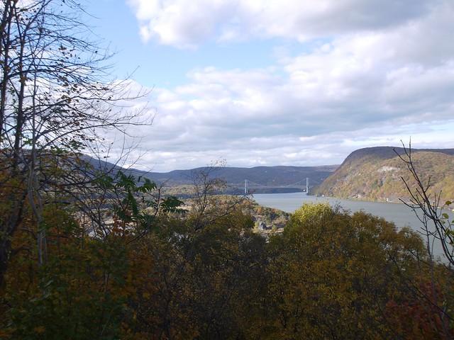 日, 2013-10-27 12:35 - 峠から見たAnthony's Nose、Bear Mountain Bridge