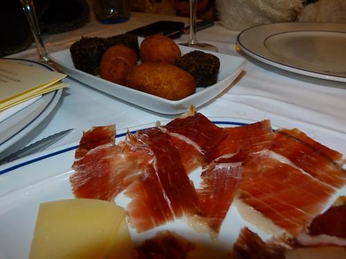 Platos de jamón, queso y croquetas (Restaurantes en Madrigal de las Altas Torres)