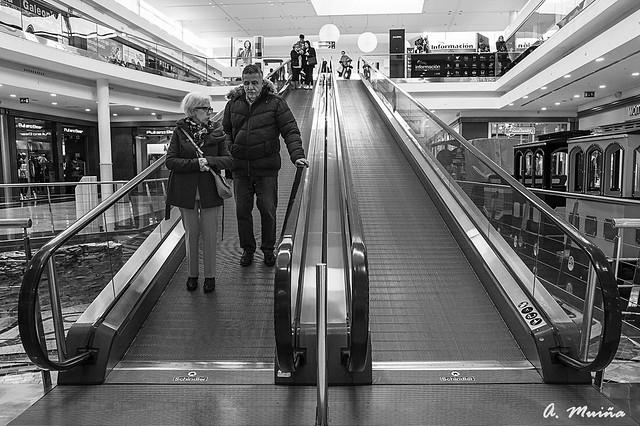 Escalators, all down. Escaleras mecánicas, todos bajan