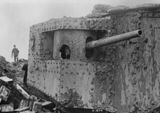 Despite having been hit, this tank is still operational, July 1917 / Char d'assaut encore opérationnel malgré les dommages subis, juillet 1917