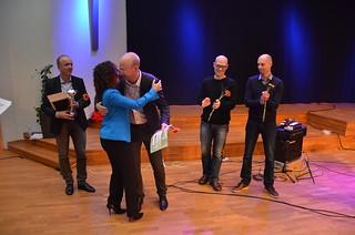 Brassbandfestivalen 2013 - Sophie Rolland gratulerar Andreas Kratz, Windcorp Brass Band, svenska mästare 2013 (Foto: Olof Forsberg)