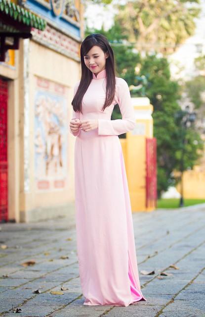 Midu mặc áo dài đi lễ chùa