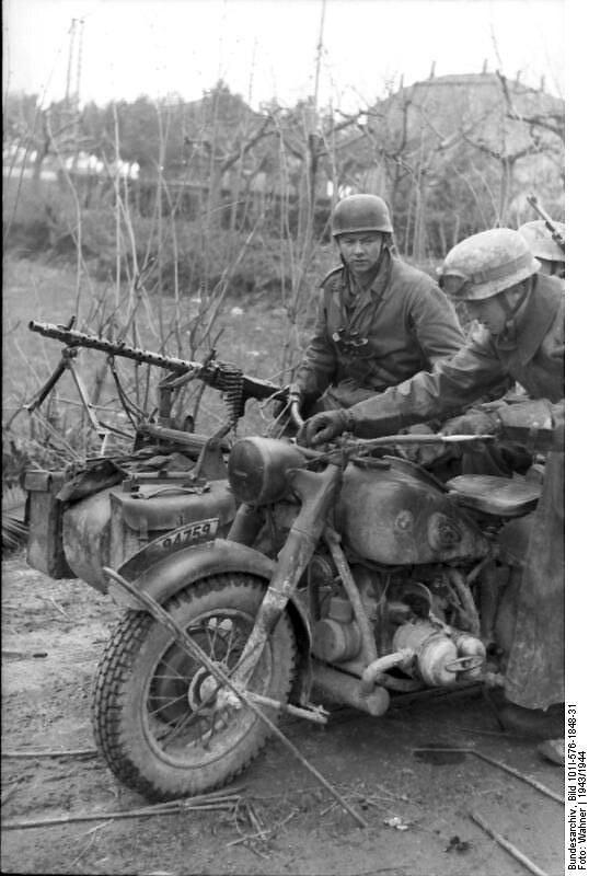 伞兵在一辆宝马R75