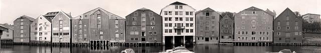 Bryggene i Kjøpmannsgata sett fra Bakklandet / Fotomontasje (1972)