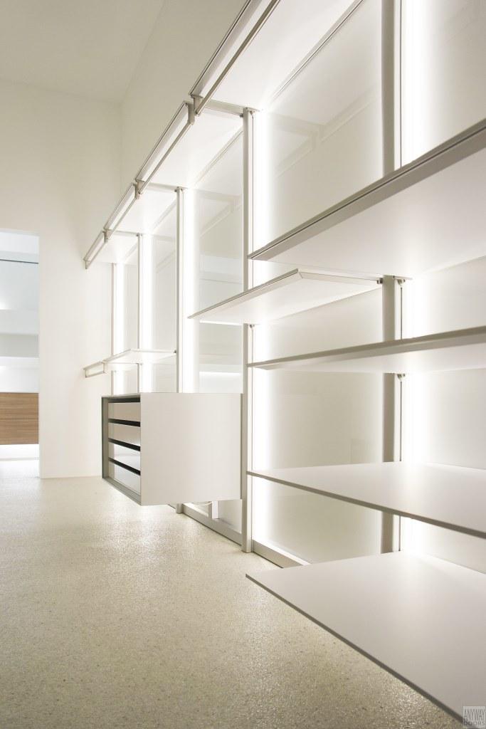 Witte moderne dressing met wit glas, aluminium en volkern | Flickr