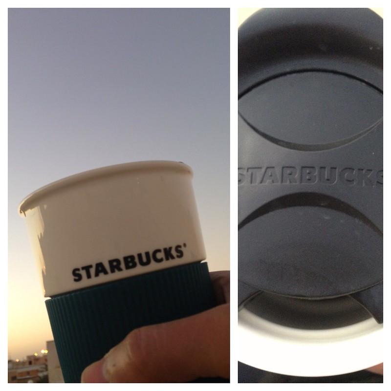 لست من عشاق ستاربوكس. لكن الكوب أعجبني بسبب تصميم فتحة الشرب. لا أحب شرب القهوة عبر فتحة ضيقة بتاتاً :(