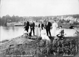 Family at Bayview cottage, Lake Rosseau, Muskoka Lakes, Ontario, ca. 1905/ Une famille au chalet Bayview, près du lac Rosseau, à Muskoka Lakes  (Ontario), vers 1905