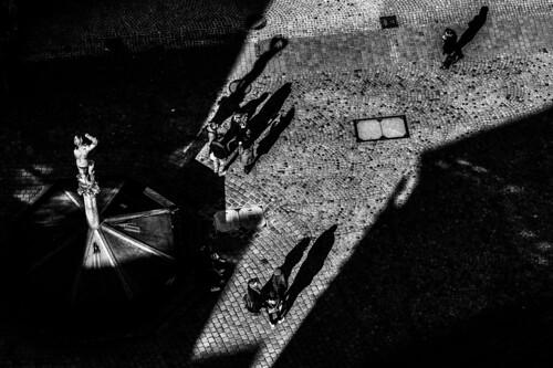bw schwarzweis monochrome shadow schatten top shot tübingen badenwürttemberg deutschland architektur stadt city urban urbanphotography statue menschen people view birds eye street photography strasenfotografie silhouette