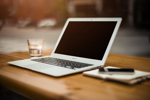 Computador Portátil y Teléfono de Apple | by Alejandro Pinto