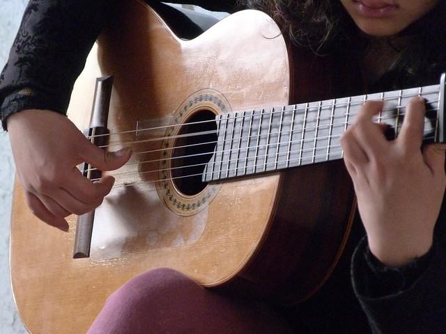 Una guitarra sonando en una calle de Sevilla