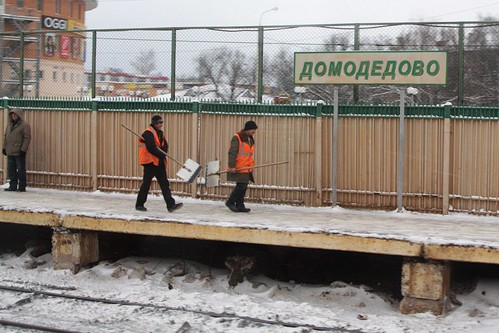 Railway staff at Домодедово (Domodedovo) head off to clear more snow