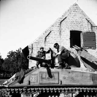 Sergeants L. B. Armstrong and L. H. Stephens of the Canadian Grenadier Guards mount movie camera... / Les sergents L. B. Armstrong et L. H. Stephens des Canadian Grenadier Guards montent une caméra...