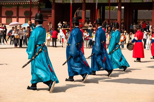 Gyeongbokgung Palace - Seoul: changement de gardes: Gisu, Chwitagun et Jeongbyeong   by Samantha from Belgium