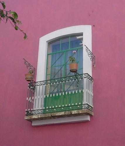 Balcon con pared rosa
