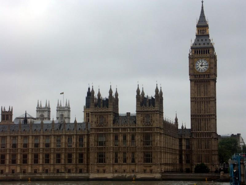 ビッグベンはロンドンのウェストミンスター宮殿の北端でのクロックの ...