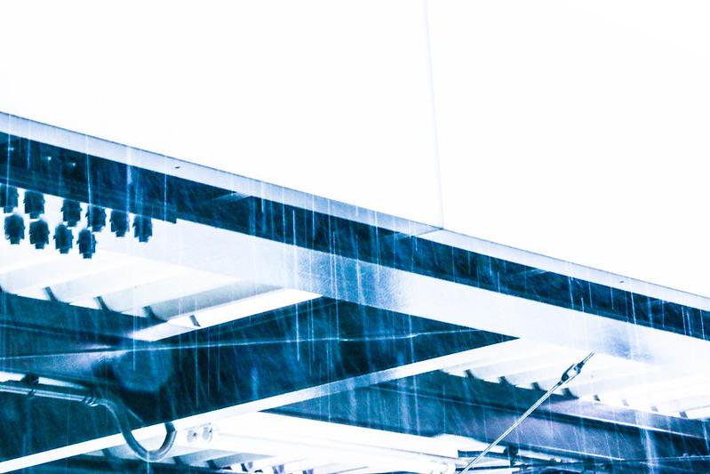 大雨のサービスエリア