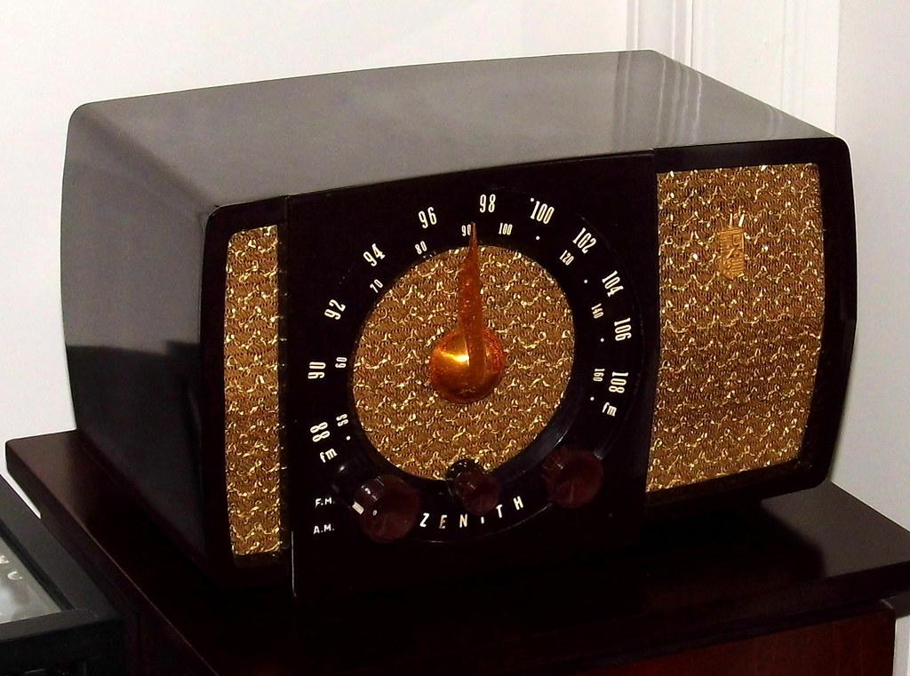 Vintage Zenith Bakelite AM/FM Table Radio, 7 Tubes, Model