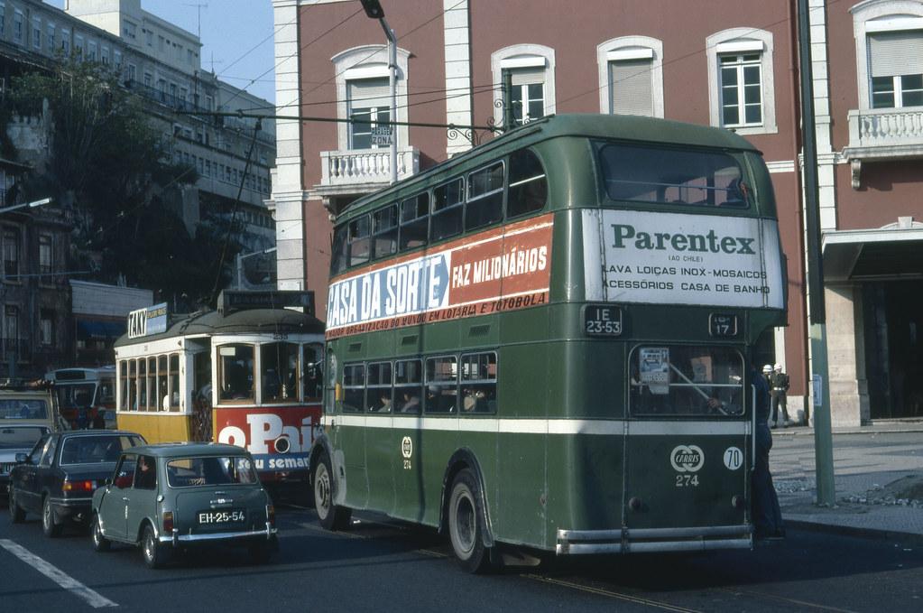 Autocarro 17 no largo dos Caminhos de Ferro, Lisboa (M. Rhodes, 1982)