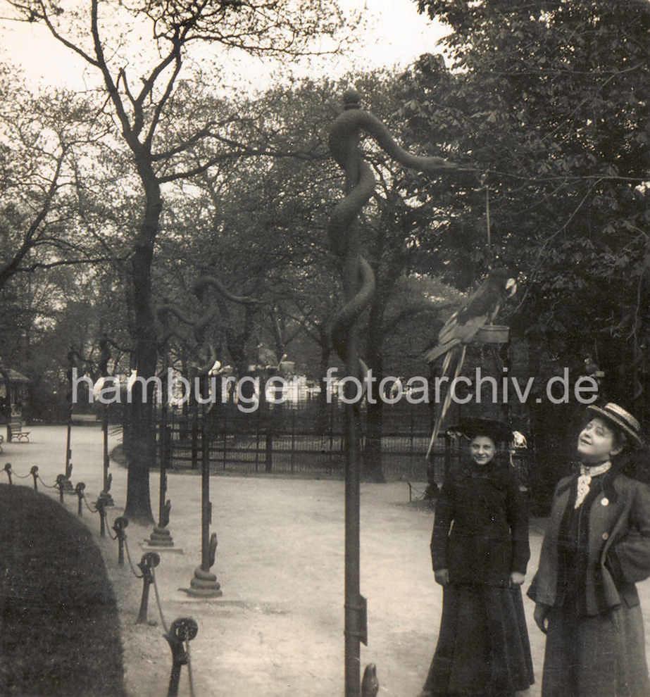 ... X000841 Historische Ansicht Vom Hamburger Zoologischen Garten Iin  Wallanlagen; Zwei Frauen In Kostümen Mit Hut