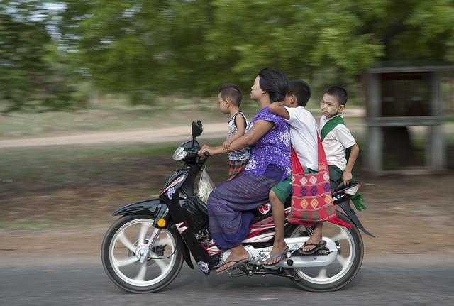 MM050 Family riders - Bagan