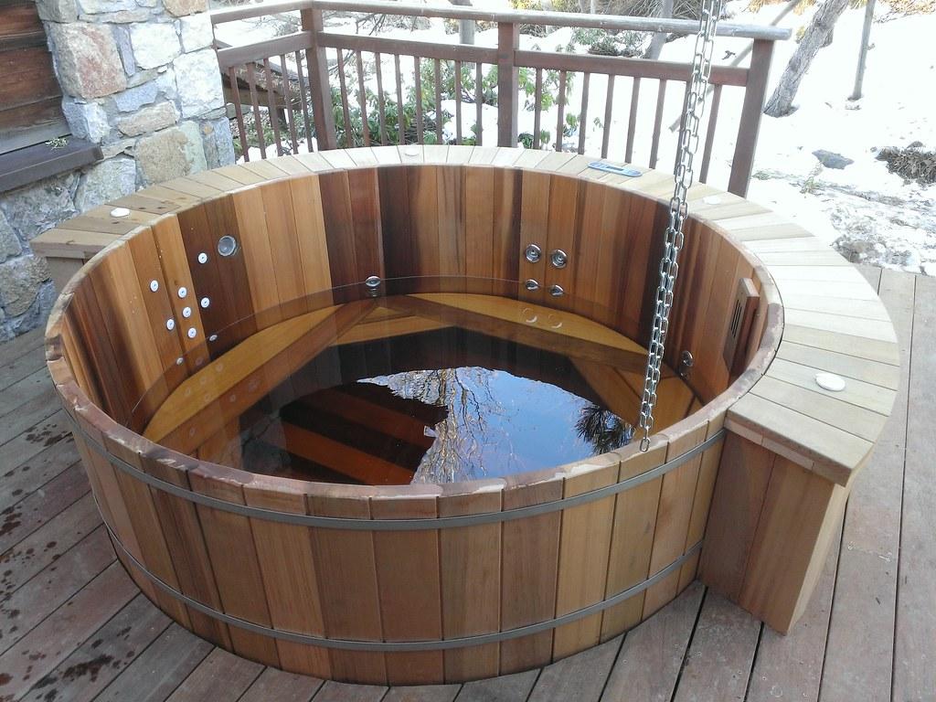 spa en bois semi enterr dans une terrasse spa en bois. Black Bedroom Furniture Sets. Home Design Ideas