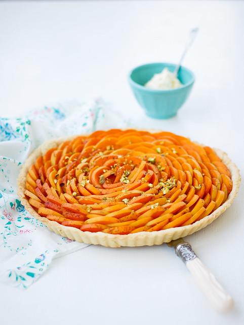 Apricot pie with heavy cream