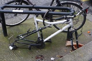 Paris 75013 Rue barbier du Mets Paris au quotidien Velo  vandalisme