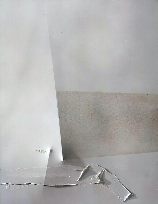 Espacio blanco a dos relieves oblicuos.