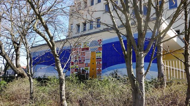 1981 Berlin-O. Berlin, Stadt an der Spree Mosaikarbeit von Herbert Bergmann-Hannak Amanlisweg 40 Quartier Geißenweide in 12685 Marzahn