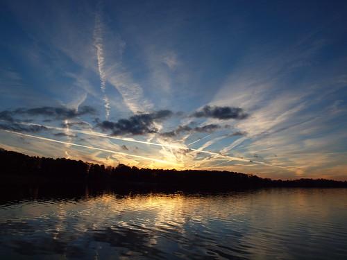 blue sunset sky cloud sun water lago see evening meer estonia cloudy chemtrail estland viro estonie λίμνη эстония saadjärv tartumaa oзеро äksi εσθονία