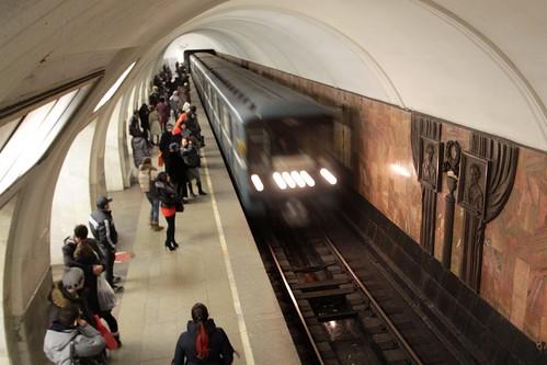Train arrives into Третьяковская (Tretyakovskaya) station