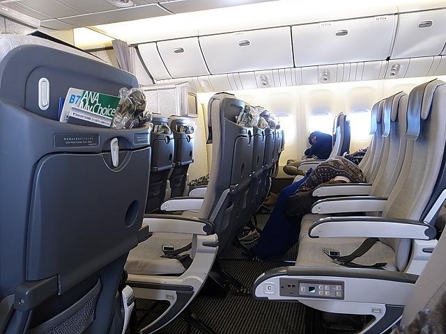 <p>e)福岡便機内はガラガラ座席をうつり、横になってる人も!!</p>