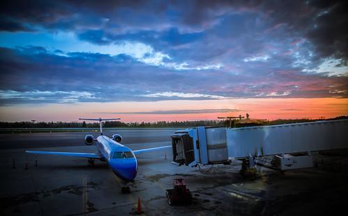 morning sky newyork tarmac clouds plane sunrise airplane early airport gate syracuse boarding jetbridge hancockinternationalairport