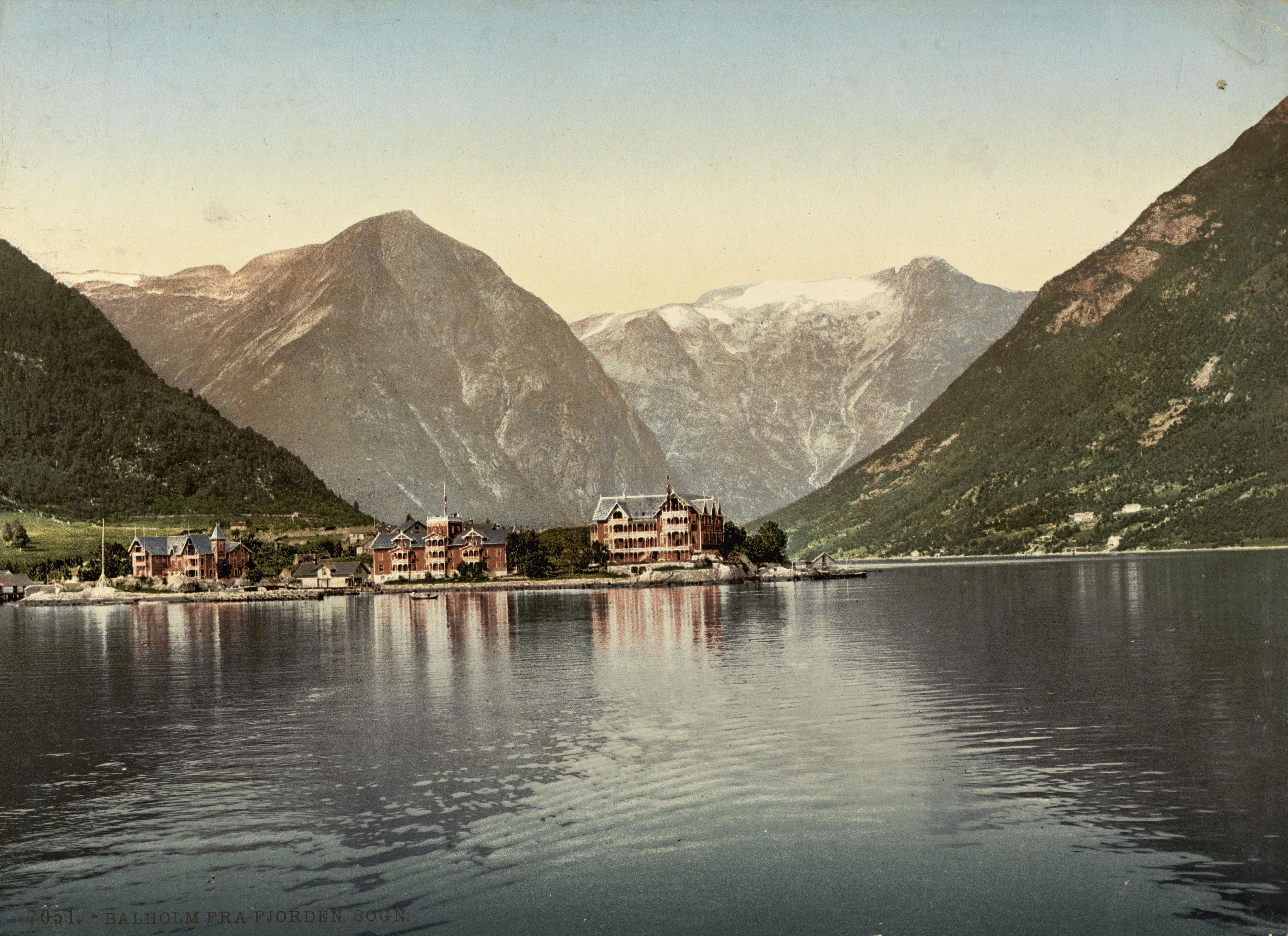 7051. Balholm fra fjorden, Sogn