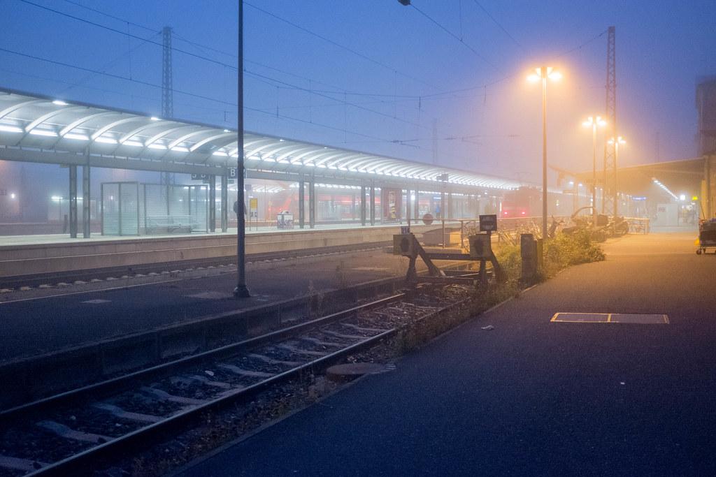 Bahnhof im Nebel / Train station in the fog