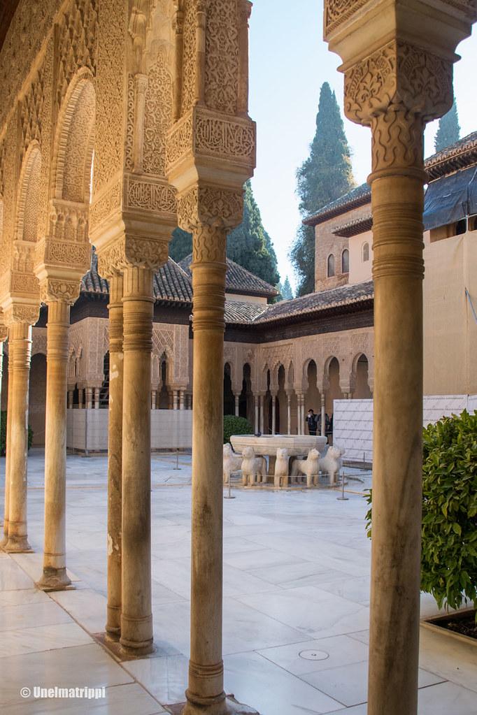 Nasridien palatsin sisäpihan pylväitä Alhambrassa