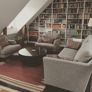 Gamla mattan på ny plats, ny soffa och nya fåtöljer | by Granding