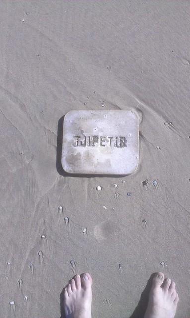 Vlieland - strand tussen dam 6 en 20 - vondst TJIPETIR plaat