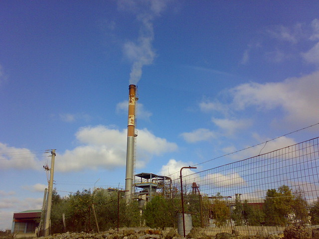 termosud-ansaldo. ciminiera inceneritore in funzione