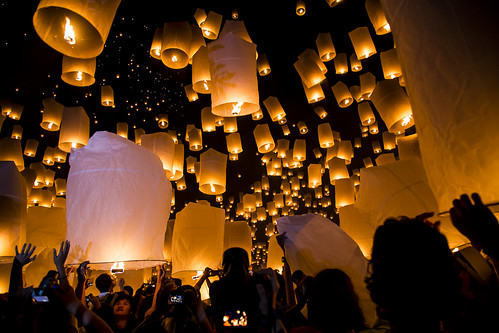 People releasing Khom Loys (Hot Air Lanterns) at the YeePeng Festival in Sansai Thailand 52 | by John Shedrick